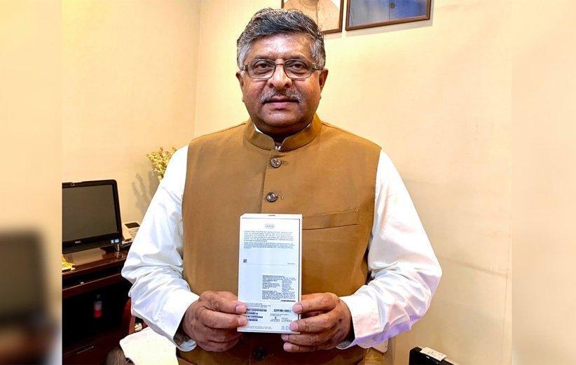 وزیر مخابرات هند از آیفون XR مونتاژ شده در هندوستان رونمایی کرد