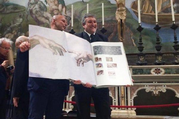 نقاشی های میکل آنژ بر سقف کلیسای سیستین کتاب شد، هر کتاب 9 کیلو
