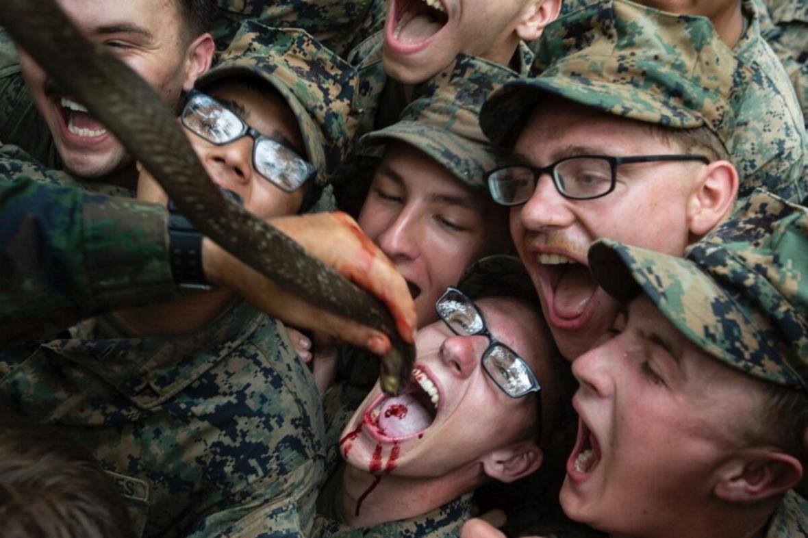 نوشیدن خون مار در تمرین های نظامی سربازان پنتاگون