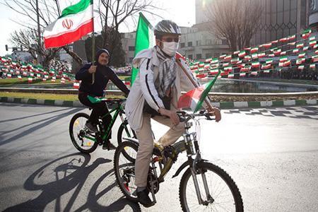 موتورسواران و دوچرخه سواران به سمت میدان آزادی حرکت کردند