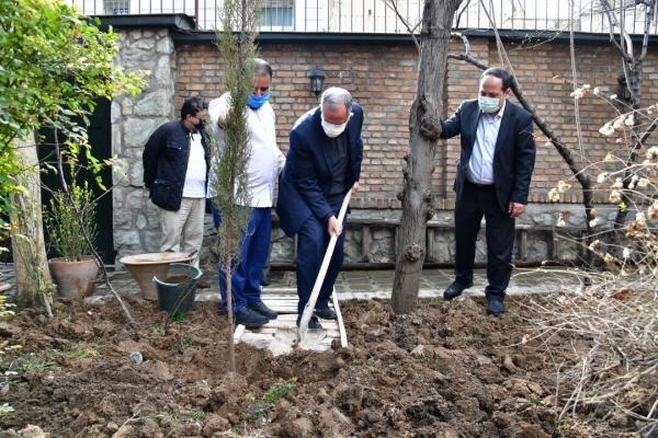 خبرنگاران روز درختکاری در خانه موزه سیمین و جلال گرامی داشته شد