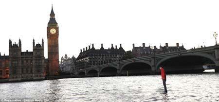مردی که روی رودخانه تایمز لندن راه رفت